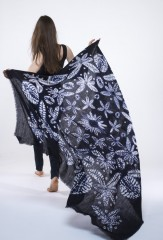 KALEIDESCOPE KALAGAI SQUARE IN DARK NAVY & IVORY 100% CASHMERE, HAND TIE DYED